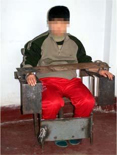中共酷刑演示:鐵椅子。(明慧網)
