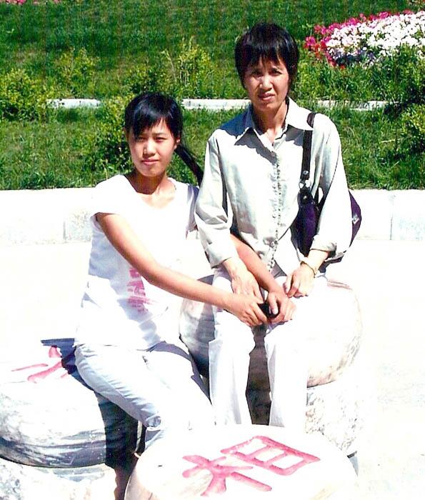 孫茹雁和媽媽胡其利。(明慧網)