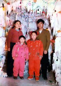 伊春法輪功學員秦月明、王秀青的兩個孩子秦榮倩12歲、秦海龍10歲(1999年)。(明慧網)