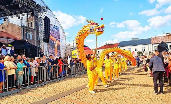 波蘭法輪功學員在豐收節大遊行中舞龍。(明慧網)