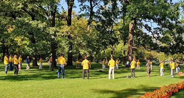 法輪功學員在城市公園集體煉功。(明慧網)