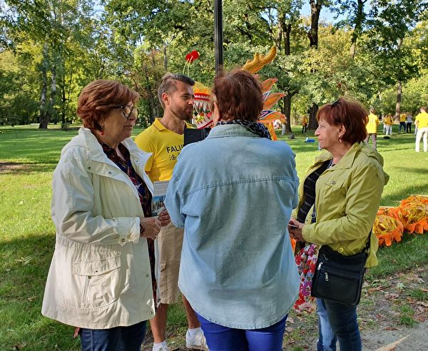 法輪功學員向波蘭民眾講真相。(明慧網)