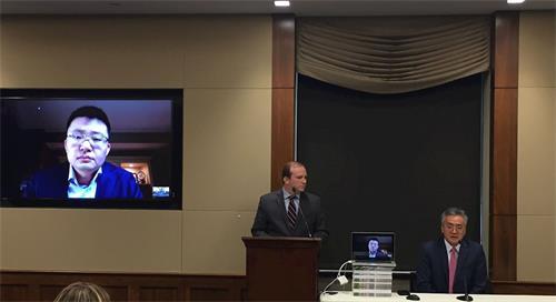 導演李雲翔(Leon Lee)(影片)、放映會主持人埃里克·梅爾策(Eric Meltzer)(中)和華盛頓DC法輪大法學會發言人劉寧平(右)在影片放映後回答觀眾問題。(明慧網)