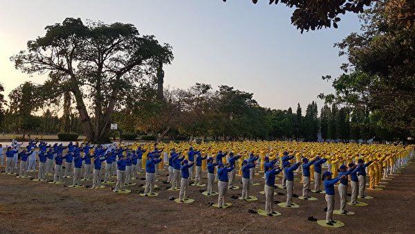 22日早上,數百位法輪功學員齊集Renon廣場上一起煉功。(明慧網)