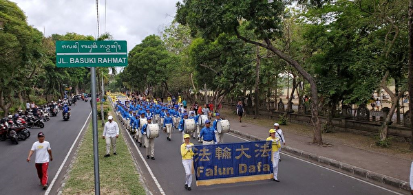 參加法輪功修煉心得交流會的部份法輪功學員舉行了洪法遊行。(明慧網)