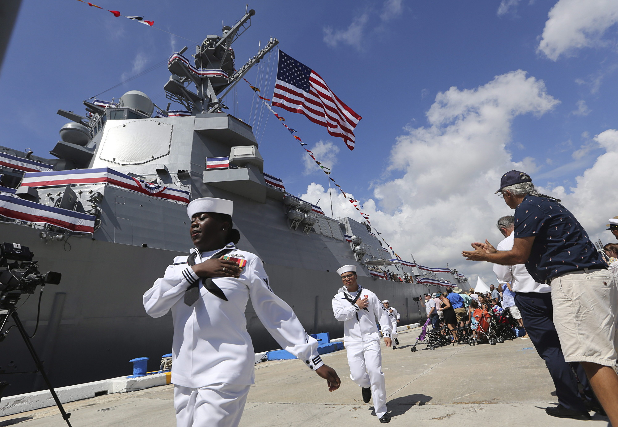 圖為:2019年7月27日,在美國佛羅里達州勞德代爾堡(Fort Lauderdale)埃弗格雷斯港(Port Everglades),美國海軍水手參加了美國海軍導彈驅逐艦「保羅·伊格內修斯號」(USS Paul Ignatius)的試航儀式。(加通社)