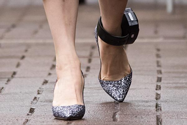 孟晚舟目前已獲保釋,但仍處於部份軟禁。她離開溫哥華的家參加卑詩省高等法院聽證會時,她的腳腕上戴著電子監控腳環。 (加通社)