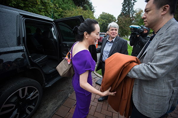 2019年9月23日星期一溫哥華,華為首席財務官孟晚舟(Meng Wanzhou)和丈夫劉曉棕(右)離開家門參加法庭聽證會。(加通社)