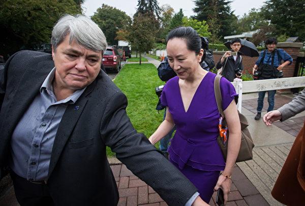 2019年9月23日星期一在溫哥華舉行的法院聆訊。華為首席財務官孟晚舟(Meng Wanzhou)離開家中時,有一名私人保鏢護送。(加通社)