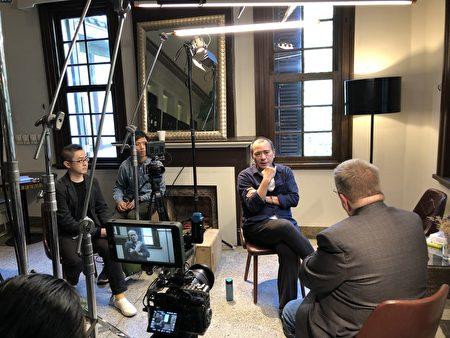 """图为台湾导演张作骥今年1月在台北为CUNY TV""""故事之岛:台湾当代电影""""专题节目接受主持人Jerry Carlson 专访。"""