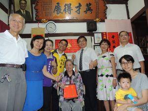 南投縣政府秘書長洪瑞智(後排右3)代表縣府探訪竹山鎮百歲人瑞林邱金治女士。
