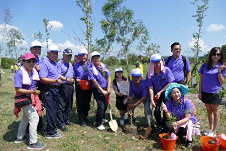 竹山扶轮社的兄弟社阿公店扶轮社参与植树活动。