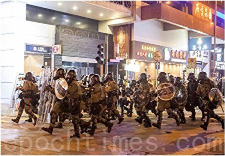 7月28日,香港警察頻繁發射橡膠子彈和催淚彈清場。(余鋼/大紀元)