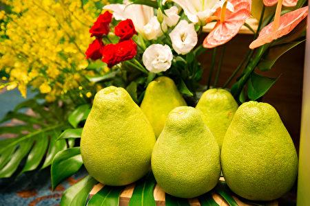 中秋節除了吃月餅,還吃柚子,因為「柚」與「佑」諧音,含有吉祥之意,也是 希望月亮護佑的意思。