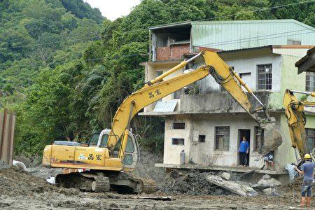 力抗土砂灾害的3楼民宅,还有半层楼埋在土砂底下。