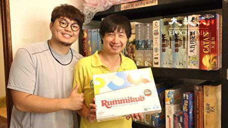 朱宏元(左)、店长黄立扬展示最夯的桌游。