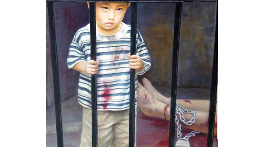 油畫《為甚麼》截圖,作者:汪衛星。母親因修煉法輪功被關押在監獄裏遭受酷刑折磨。孩子一同被關押,無法理解眼前發生的一切。他的眼神中帶著憤怒、委屈和不解。(明慧網)