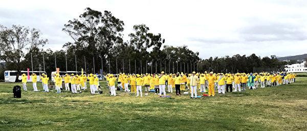 2019年9月17日,澳洲部分法輪功學員齊聚首都堪培拉,呼籲政府幫助制止中共對法輪功團體持續了20年的迫害。圖為法輪功學員在國會前集體煉功。(何蔚/大紀元)