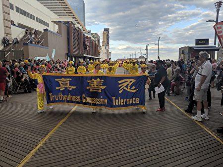 法轮大法纽约腰鼓队前往著名旅游城市——大西洋城参加游行,受到民众的热烈欢迎。