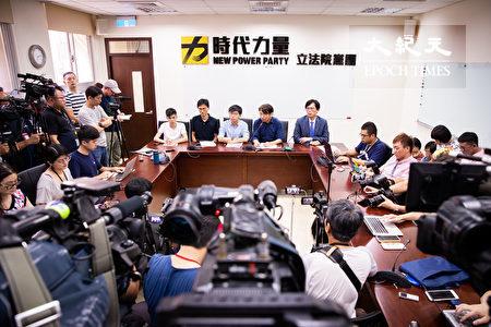 香港眾志秘書長黃之鋒(後中)、立法會議員朱凱迪(後左2)、學聯前副秘書長岑敖暉(後左1)3日拜訪時代力量立法院黨團,就香港目前狀況與台灣各界說明並交換意見。(陳柏州/大紀元)