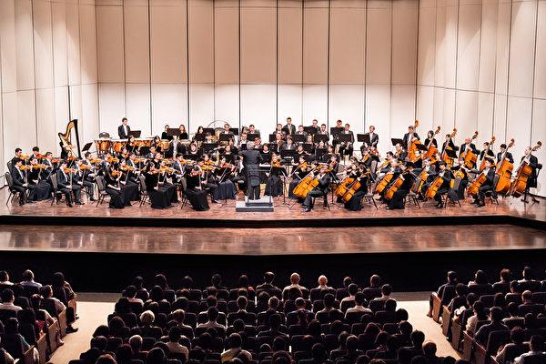2019年9月18日下午,神韻交響樂團在高雄市文化中心台灣首場演出,現場觀眾爆滿,觀眾的情緒嗨到不行,在兩首安可曲後,觀眾們掌聲、歡呼聲依然不絕。(鄭順利/大紀元)