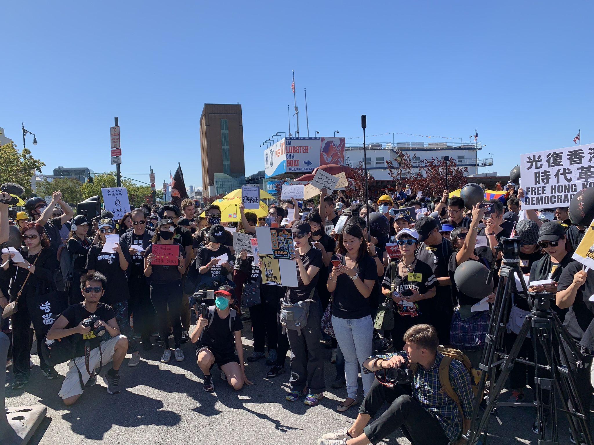 昨天(29日)在紐約中領館對街的碼頭前,數百人參加「紐約再集氣聲援港人」活動。 (蔡溶/大紀元)