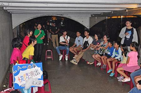 行動劇快閃演出,與民眾互動香港議題