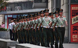 中共阅兵预演以来,一直扰民。图为9月14日,北京街头巡逻的警卫。(GREG BAKER/AFP/Getty Images)