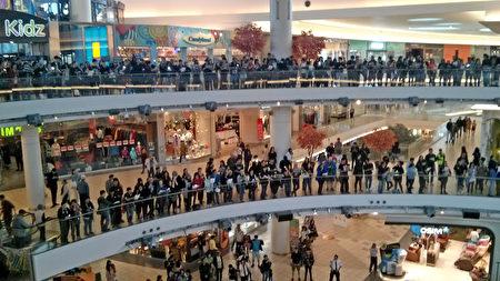 2019年9月14日,在溫哥華都會區的香港人來到列治文市商業中心時代坊,快閃齊唱《願榮光歸香港》,並呼喊「五大訴求,缺一不可」等口號。(李樂/大紀元)