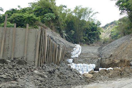 水保局南投分局施做的临时保护措施和排水路。