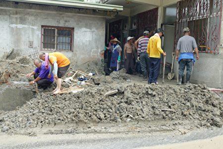 名间乡公所清洁队协助清理民宅内外的土砂。
