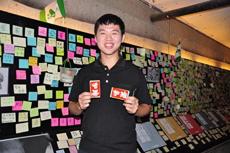 「全台大專院校聲援香港反送中行動」臉書發起人陳先生,呼籲台灣人為香港加油,手上的標語直寫是「香港」、打橫就變成「加油」,真是神奇。