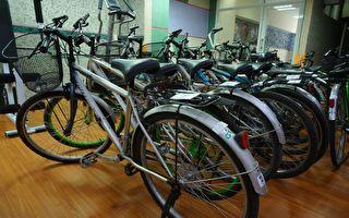 环保局捐赠脚踏车和彩绘课桌椅供义卖