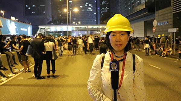 2019年6月12日,香港新唐人記者梁珍在中環反送中抗議現場報導(黃曉翔/大紀元)