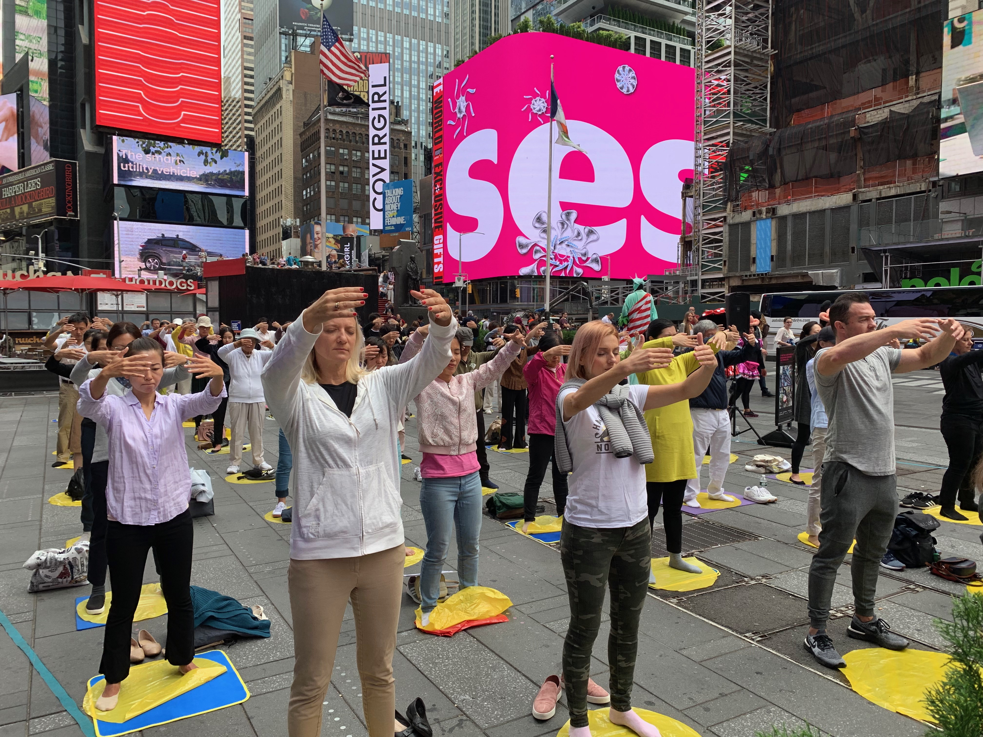 紐約時代廣場上大煉功 法輪功引人注目