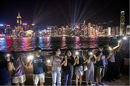 8月23日,港人手牽手組成「香港之路」,呼籲國際社會關注。 (Chris McGrath/Getty Images)