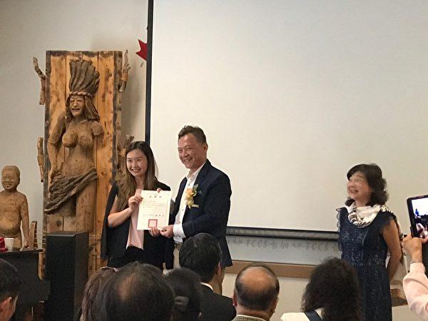 圖:國立空中大學加拿大專班開學典禮,沈中元副校長等親自飛抵溫哥華,現場鼓勵學士們與知識結婚不離不棄,永不回頭。(空大提供)