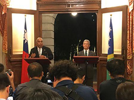 索羅門外交部次長科林貝克(Collin Beck)(左)與台灣外交部政次徐斯儉(右)回應媒體提問。