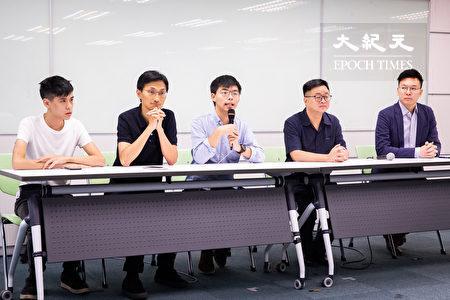 香港眾志秘書長黃之鋒(中)、立法會議員朱凱迪(左2)、學聯前副秘書長岑敖暉(左1)3日與民進黨秘書長羅文嘉(右2)、副秘書長林飛帆(右1)會面,就香港目前狀況與台灣各界說明並交換意見。(陳柏州/大紀元)