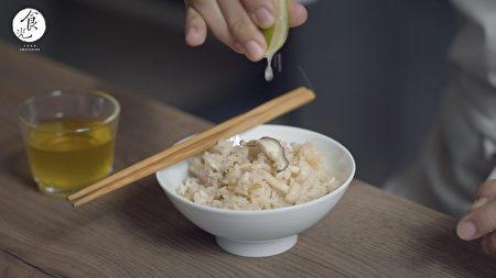 """""""日式野菇炊饭""""微凉之秋,又是吃菇的季节,一键按下就可以完成的美味电锅料理吧 !"""