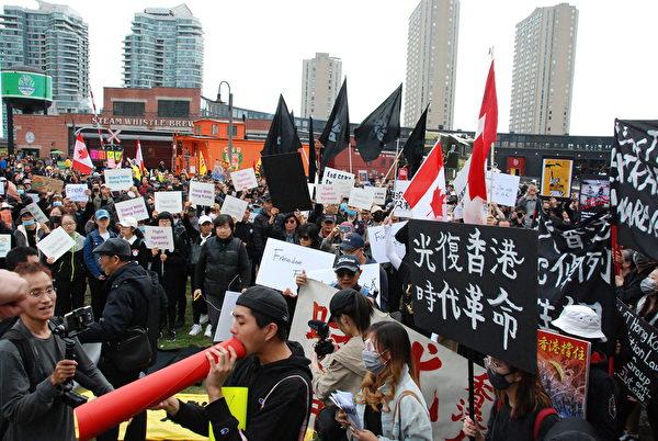 遊行民眾打出「光復香港,時代革命」的牌子。(伊鈴/大紀元)