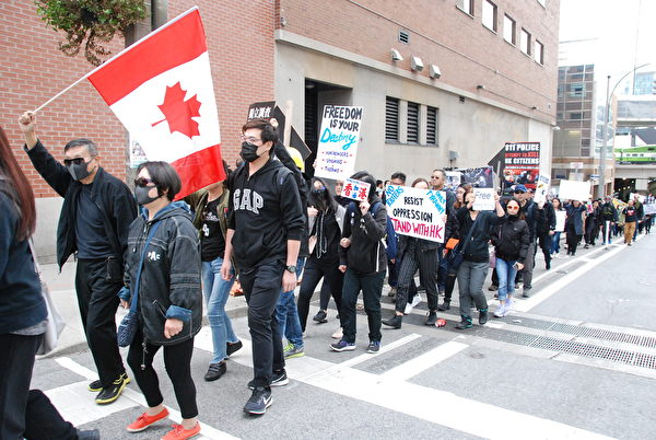 9月29日,多倫多逾2,000人在市中心舉行抗共大遊行。(伊鈴/大紀元)