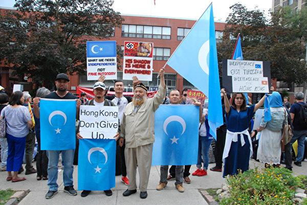 加拿大東土耳其斯坦協會代表托度希( Turdush,左1)。(伊鈴/大紀元)
