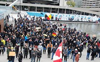"""多伦多抗共游行 两千人怒吼""""打倒共产党"""""""