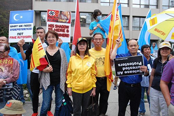 加拿大越南社區代表約瑟夫·德雷·阮(Joseph Drey Nguyen,右3)。(伊鈴/大紀元)