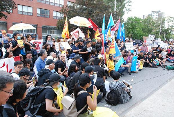 多倫多千人遊行、集會撐香港, 譴責暴力。(伊鈴/大紀元)