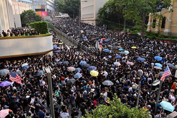 香港民眾9月8日到美國駐香港領事館前,許多民眾舉著「希望美國通過《香港人權與民主法案》」的英文標語。(宋碧龍/大紀元)