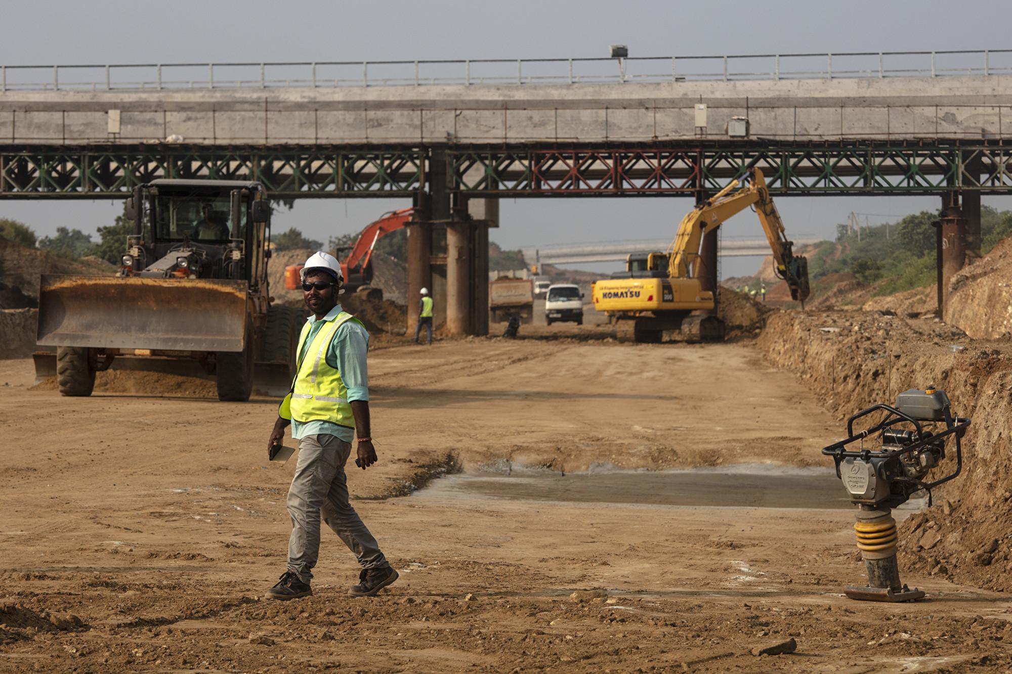 因中共倡議的一帶一路令斯里蘭卡身陷債務危機。圖為正在興建中的南部高速公路,由瑪塔拉延伸至赫班托達港。(Paula Bronstein/Getty Images)