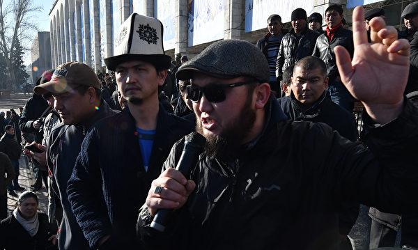 2019年1月,民眾聚集在吉爾吉斯斯坦首都比什凱克街頭,反對中共勢力繼續在吉國擴張。(VYACHESLAV OSELEDKO/AFP/Getty Images)
