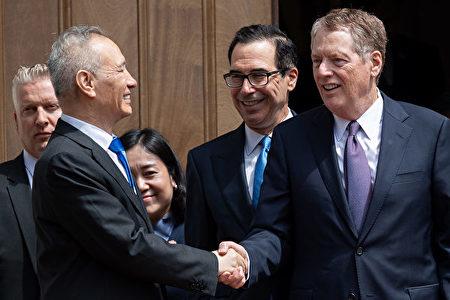 2019年5月10日中共國務院副總理劉鶴(左)在完成華盛頓的談判後,美國貿易代表羅伯特‧萊特希澤(右一)和財政部長史蒂芬‧姆欽(右二)送其離開美國貿易代表辦公室大樓。(SAUL LOEB/AFP/Getty Images)